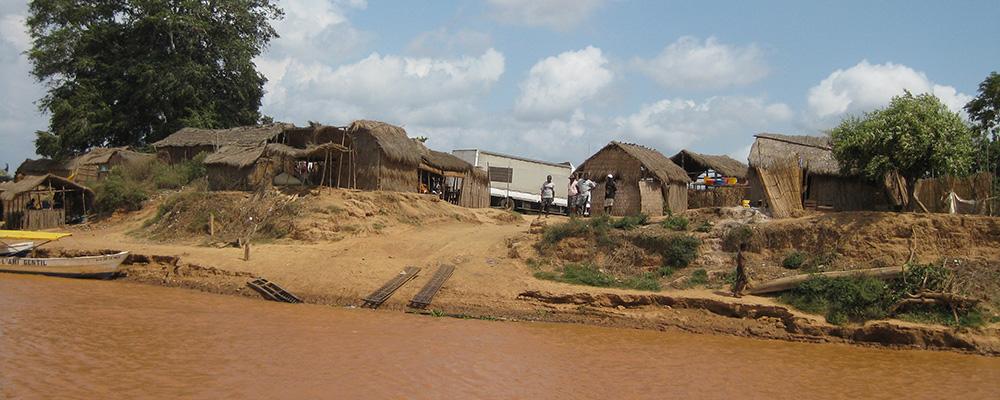 Bac sur le fleuve de Tsiribihina